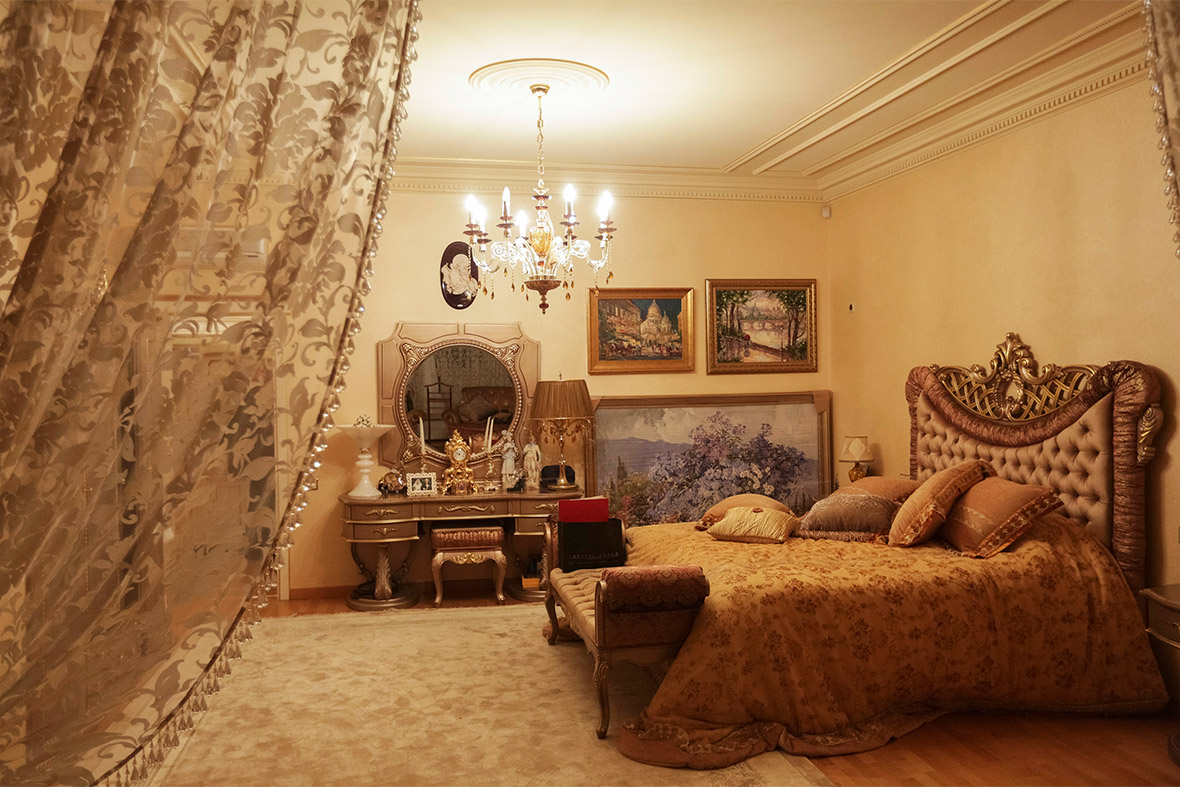 Pshonka 39 s palace inside the kitsch mansion of ukraine 39 s for Opulent bedrooms