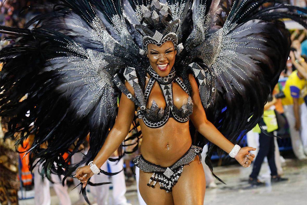 Фото красивых девушек на карнавале 19 фотография