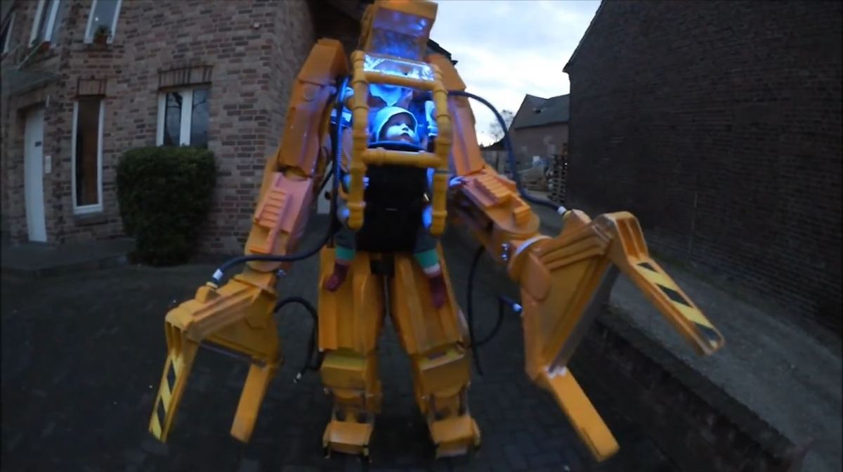father builds aliens power loader costume for baby daughter - Aliens Halloween Costume Baby