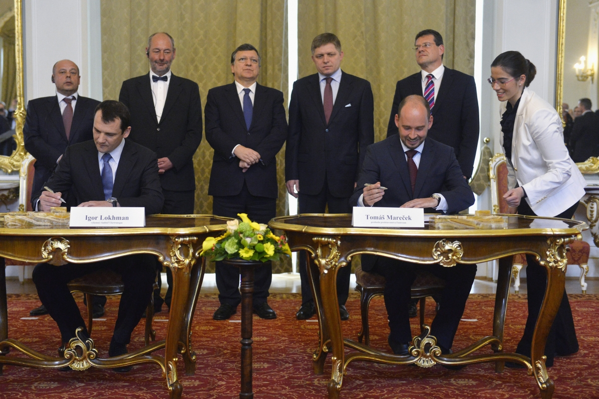 Executive director of Ukrtransgas Ihor Lohman (L) and Chairman of the Board of Directors of Eustream Tomas Marecek (2nd R) sign a memorandum for reverse flow of natural gas from central Europe to Ukraine, at the Slovak government building in Bratislava