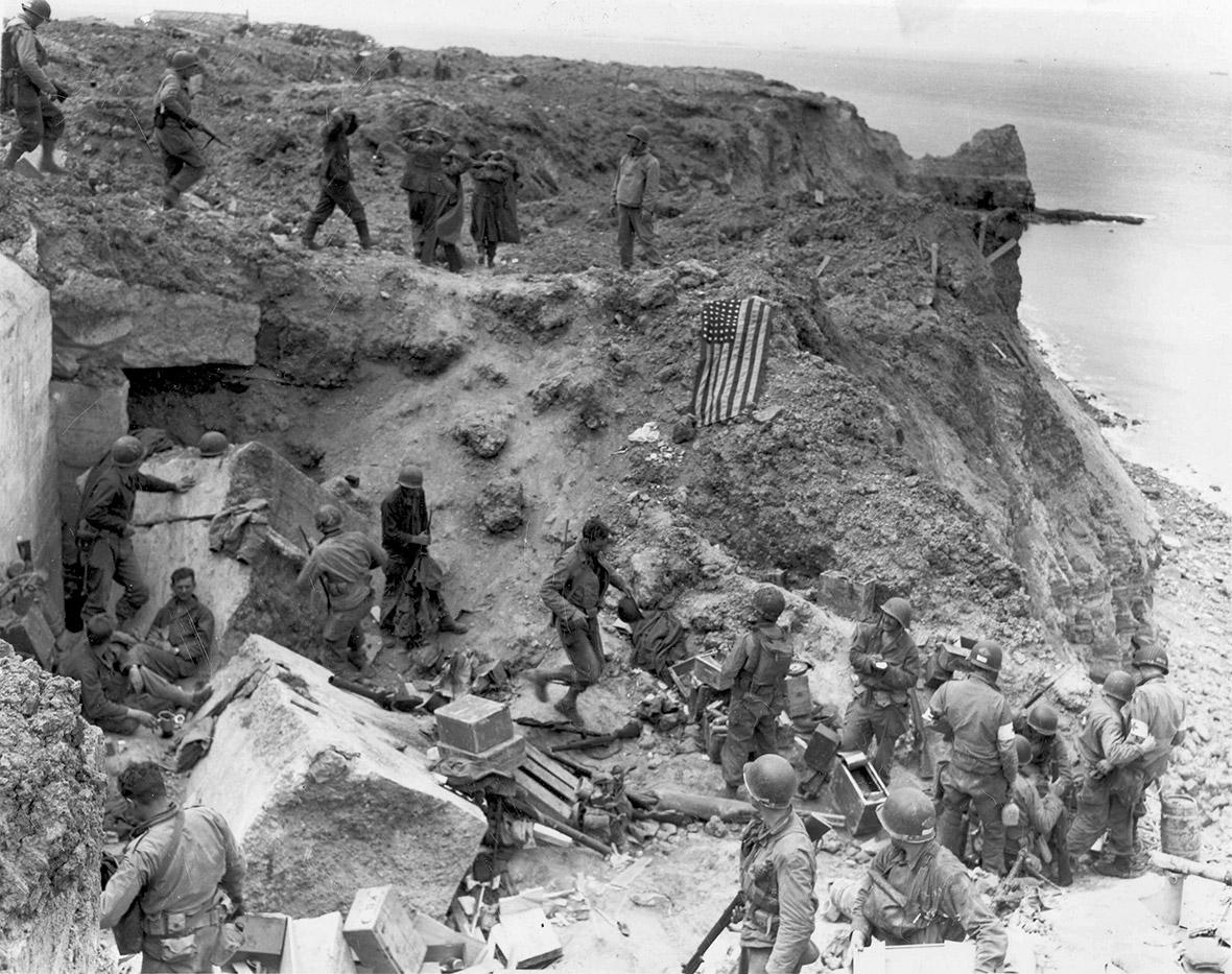 08 de junho de 1944: A bandeira EUA reside como um marcador em um bunker destruído dois dias após o local estratégico com vista para as praias do Dia D foi capturado pelo Exército dos EUA Rangers em Pointe du Hoc, França