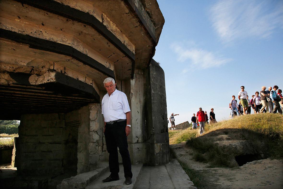 Um turista italiano vê um bunker em um local estratégico com vista para as praias do Dia D, que tinham sido capturados pelo Exército dos EUA Rangers em Pointe du Hoc, França