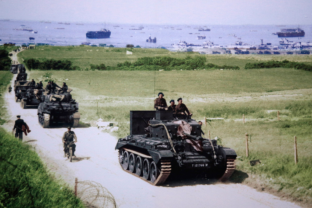 6 de junho de 1944: Um tanque Cromwell conduz uma coluna do exército britânico a partir do 4 º County of London Yeomanry, 7 ª Divisão Blindada, após o desembarque em Gold Beach no Dia D em Ver-sur-Mer, França