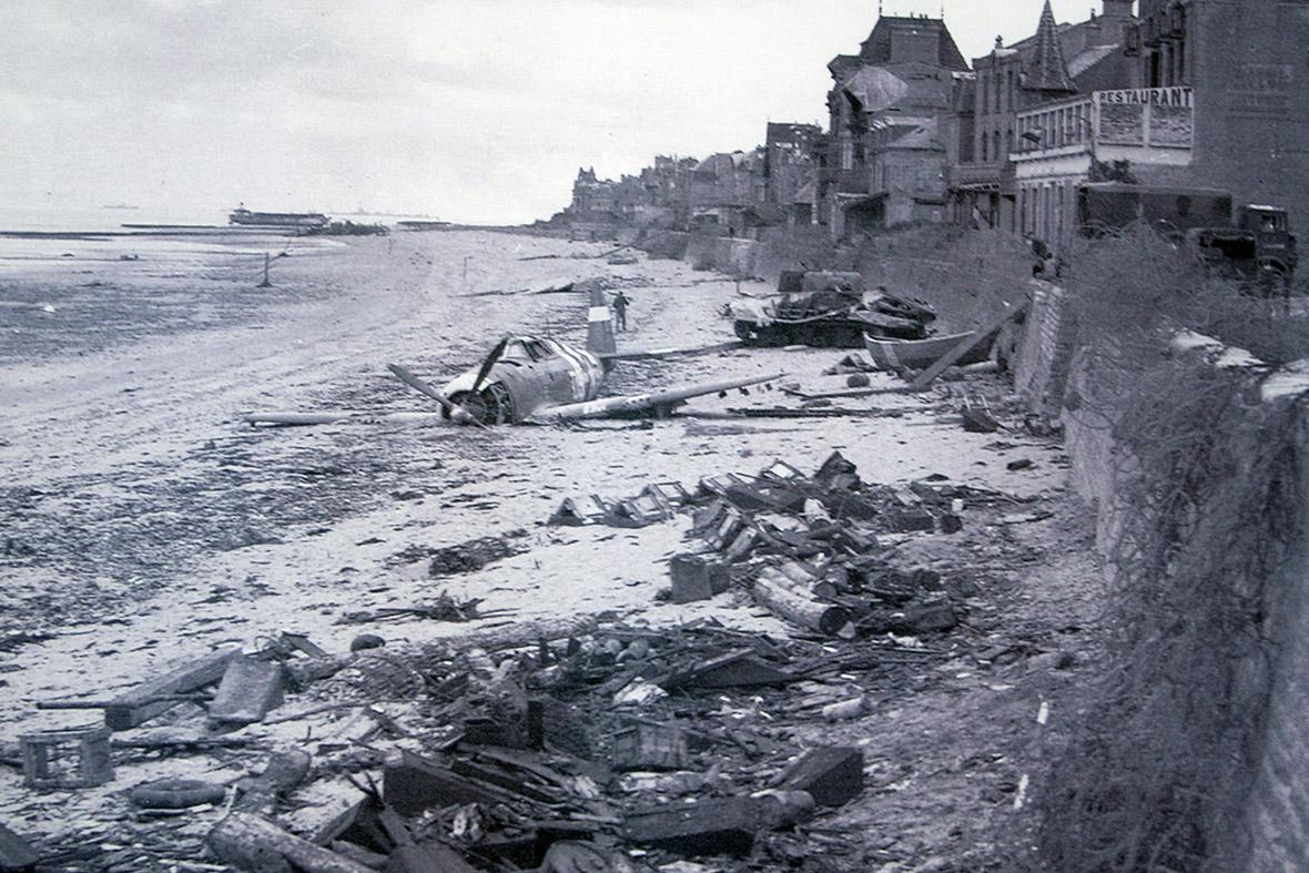 Junho 194: Um avião de caça caiu EUA é visto em frente ao mar algum tempo depois que as forças canadenses desembarcaram em uma zona de desembarque do Dia D Juno Beach em Saint-Aubin-sur-Mer, França