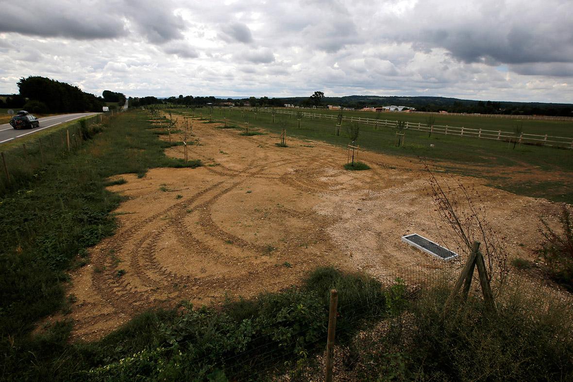 Um campo agrícola permanece onde prisioneiros de guerra alemães foram internados após os desembarques do Dia D em Nonant-le-Pin, Normandy