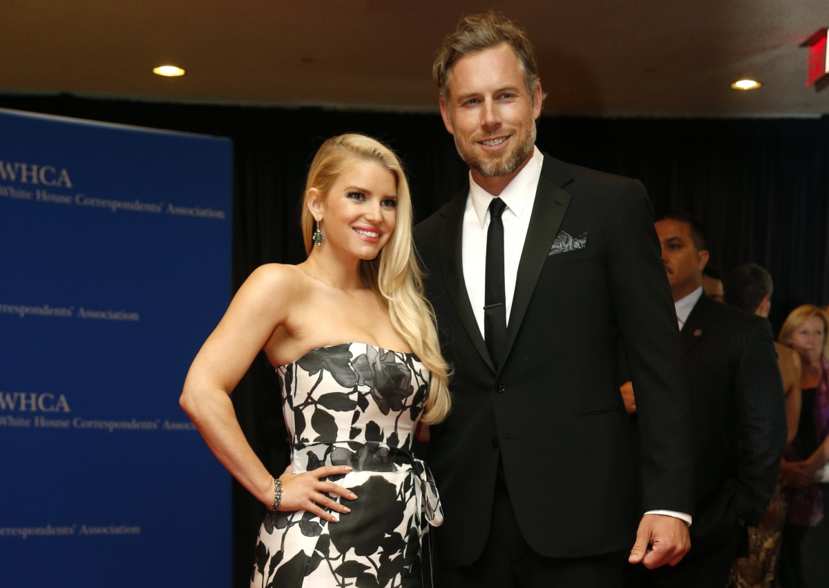 Jessica Simpson marries fiance Eric Johnson.
