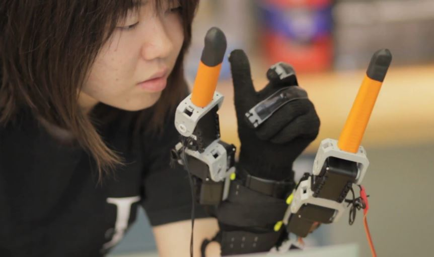 Robotic Glove Gives Users Two Extra Fingers
