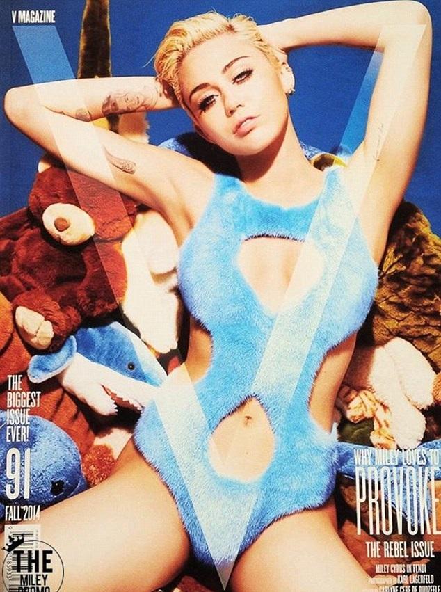 Miley Cyrus naked backstage at MTV VMA Awards for V