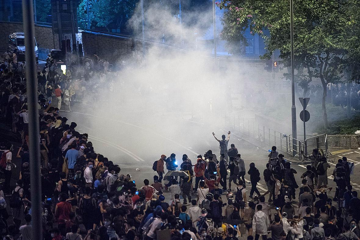 В Гонконге продолжаются столкновения между полицией и митингующими