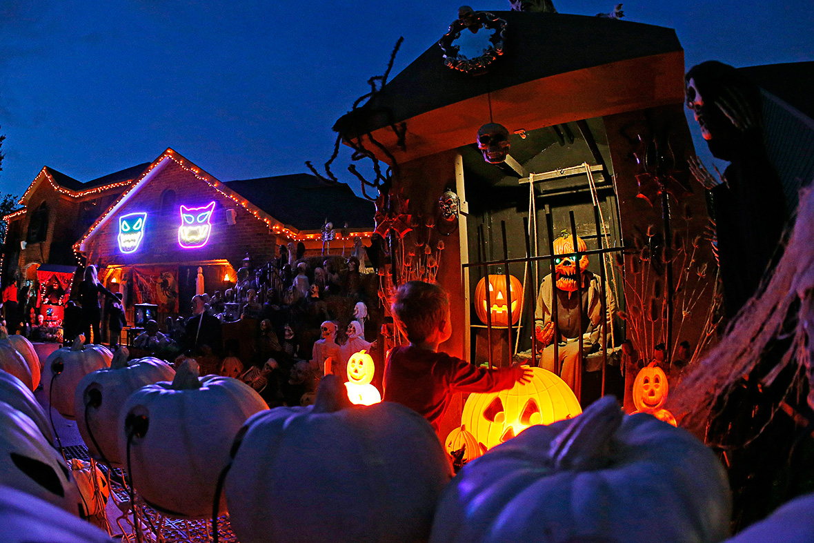 When is halloween 2015 and how to celebrate the spooky for Home halloween decorations