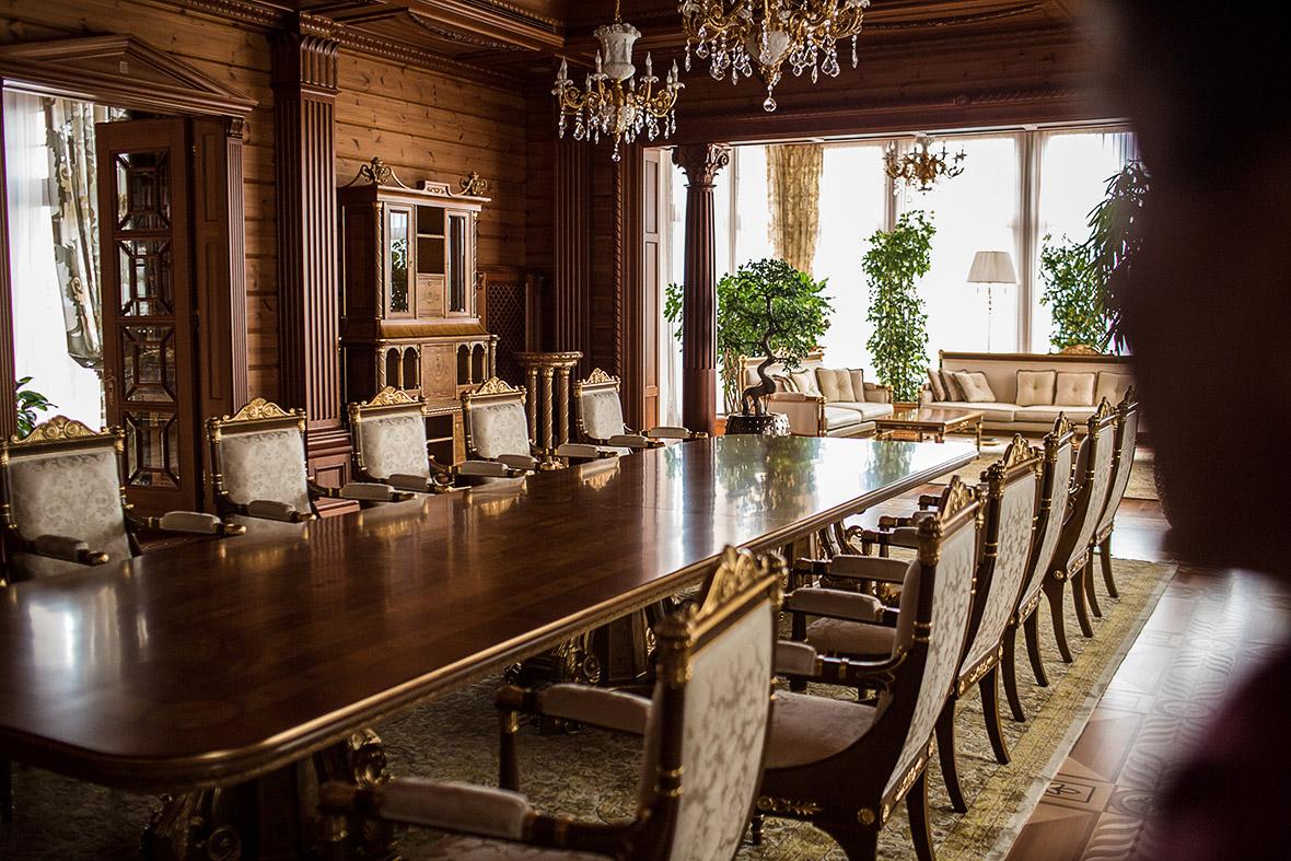 Фото | Столовая в резиденции Виктора Януковича в Межигорье