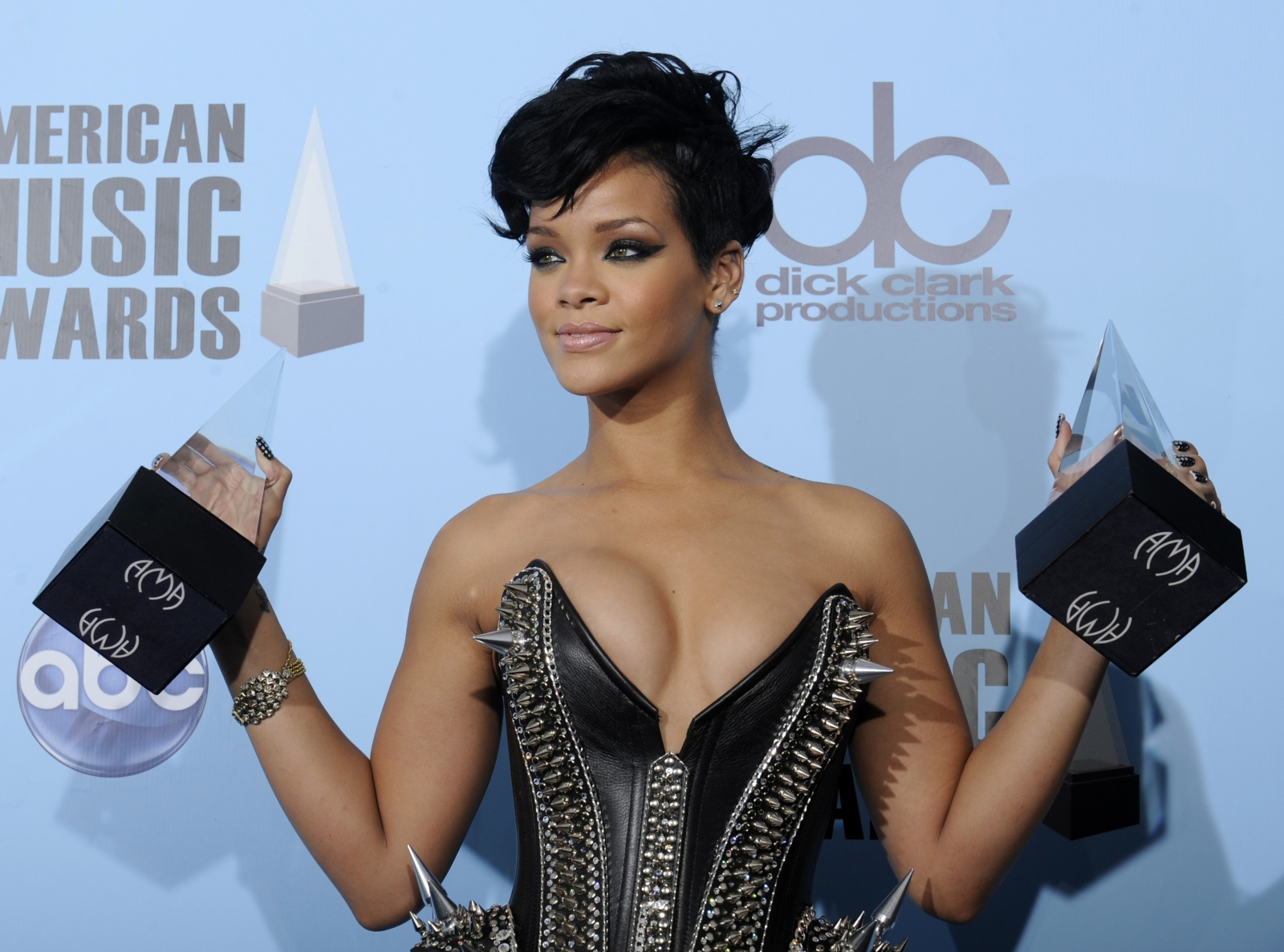 http://d.ibtimes.co.uk/en/full/1437049/rihanna.jpg?w=1180