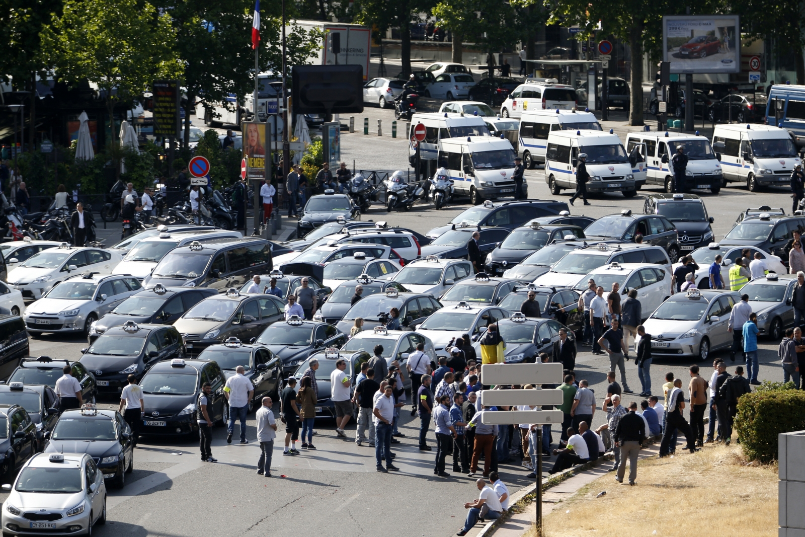 french president francois hollande says violence at uberpop protest 39 unacceptable 39. Black Bedroom Furniture Sets. Home Design Ideas
