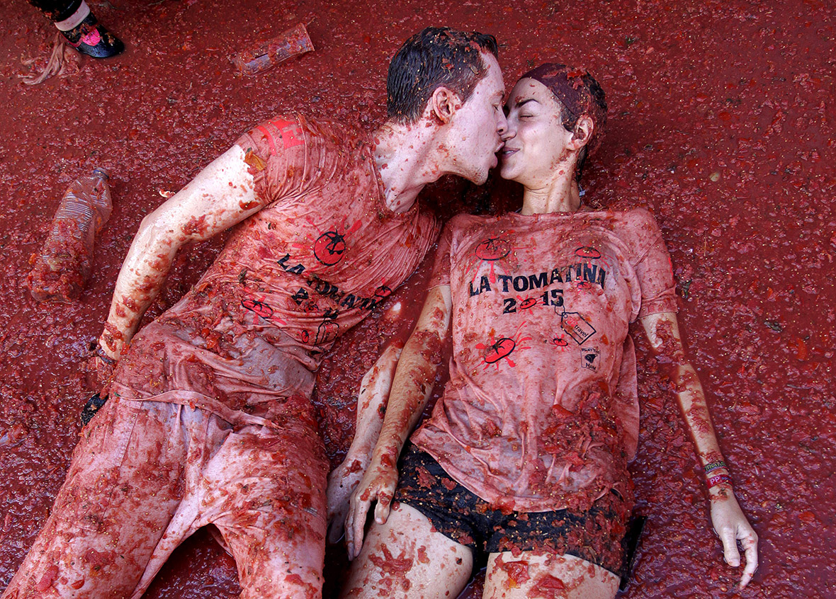 la tomatina 21082015  la tomatina is said to be the world's biggest food fight and it takes place in the town of buñol 1 hour 20,000 people 150,000 tomatoes.