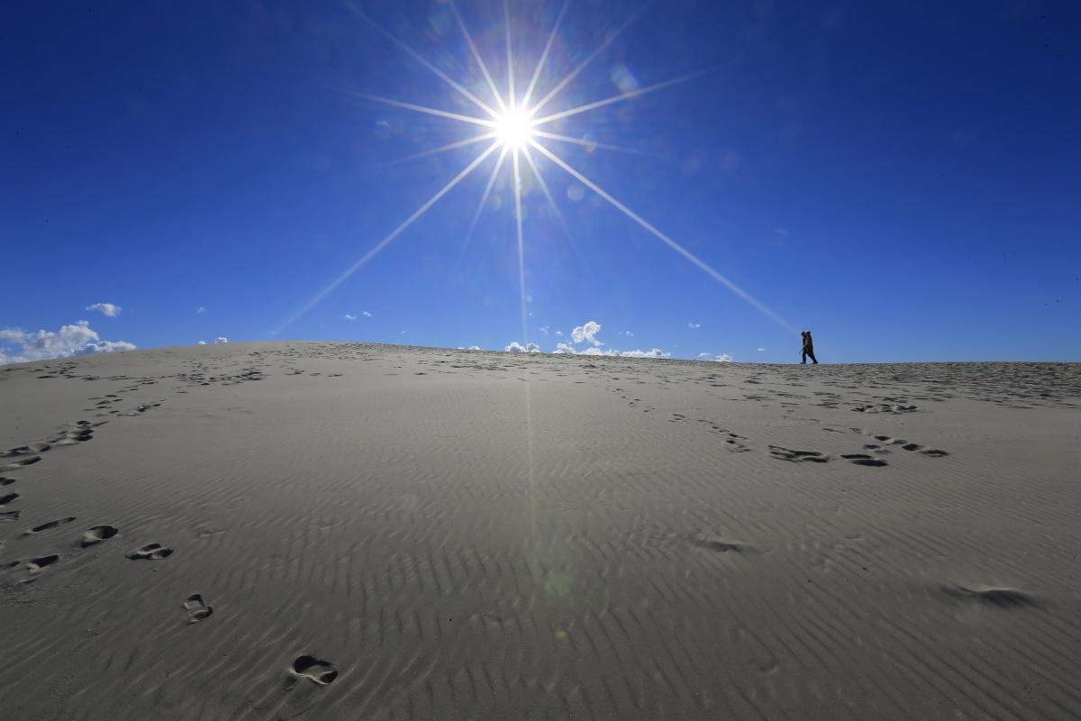 Wallpaper : desert, Sun, sand, heat, sky, light, midday