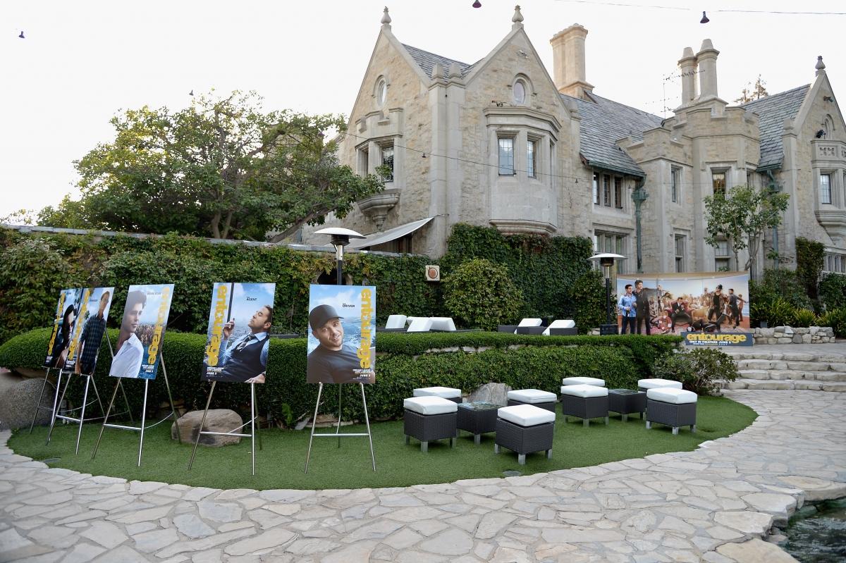 hugh hefner 39 s playboy mansion will soon have a new owner. Black Bedroom Furniture Sets. Home Design Ideas