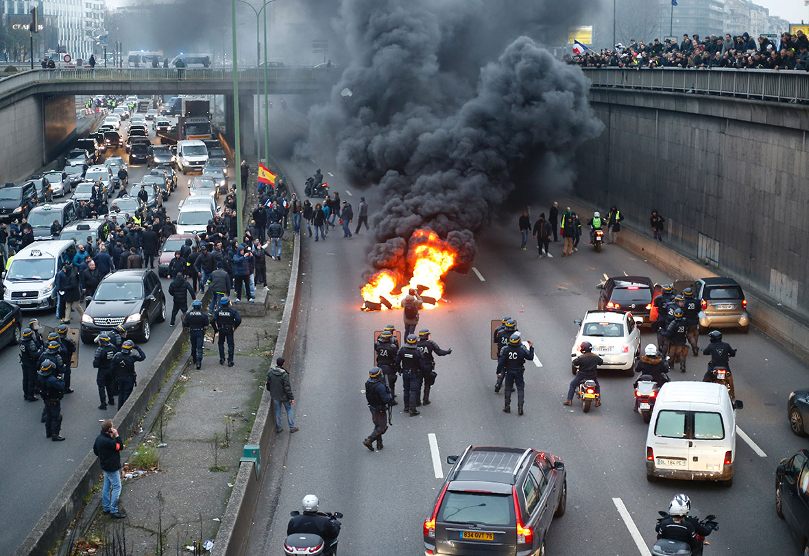anti uber protests french taxi drivers start paris road fire in demonstration against. Black Bedroom Furniture Sets. Home Design Ideas