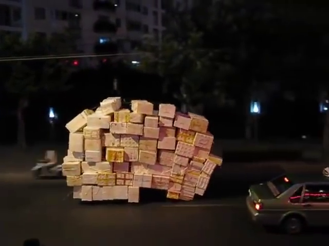 China: Motorbike courier carries colossal number of crates in Shanghai