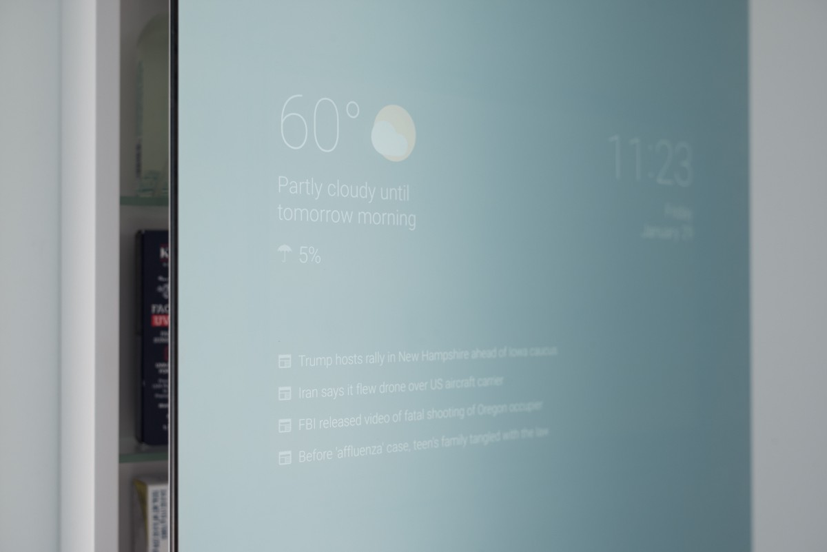 Smart bathroom mirror runs android to bring you news and for Espejo inteligente