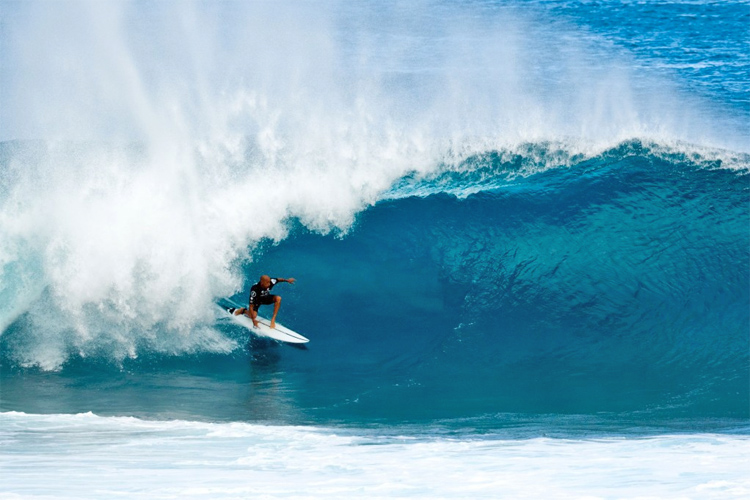Kelly Slater takes first surf win in two years at Volcom Pipe Pro