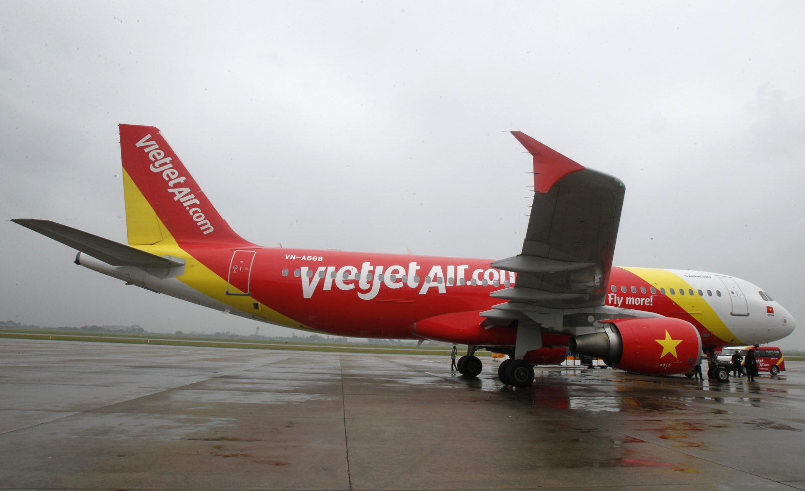 boeing and vietjet sign 11 3bn deal for 100 airplanes