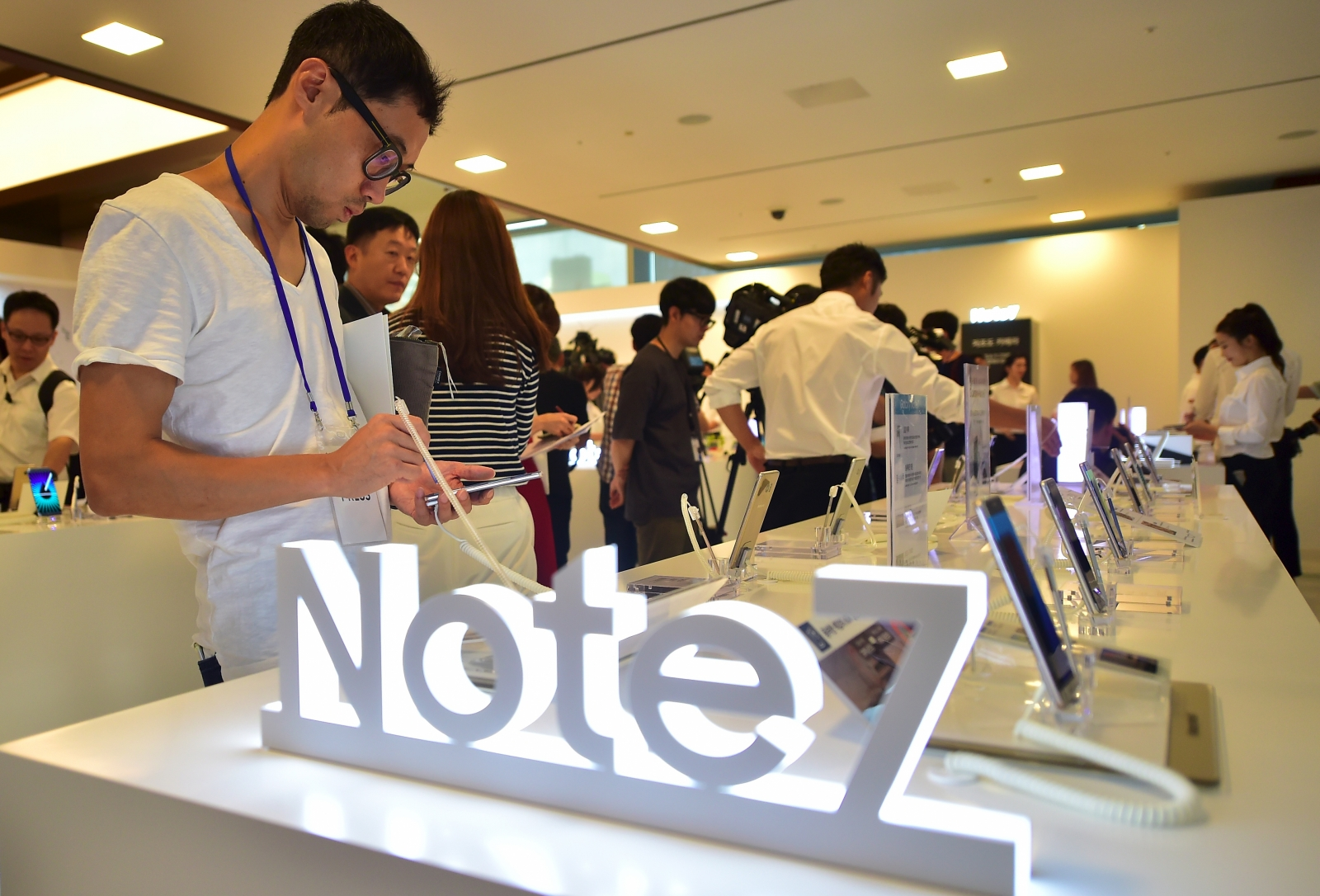 Samsung halts global sales and recalls Galaxy Note 7 over