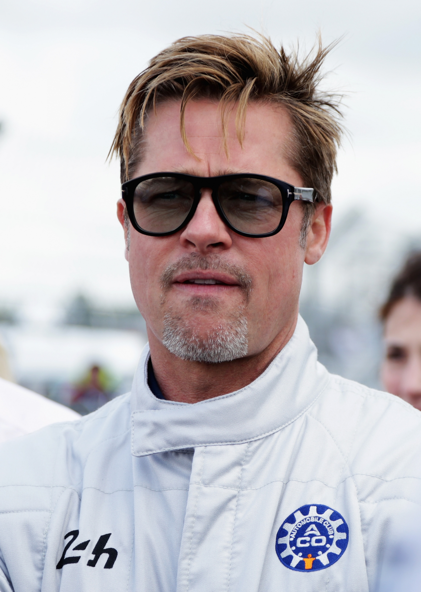 Brad Pitt turns head i...