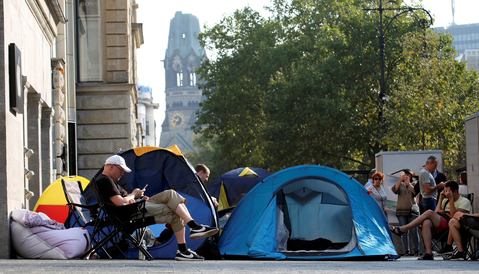 iPhone 7 release: Fans queue outside stores five-days ...