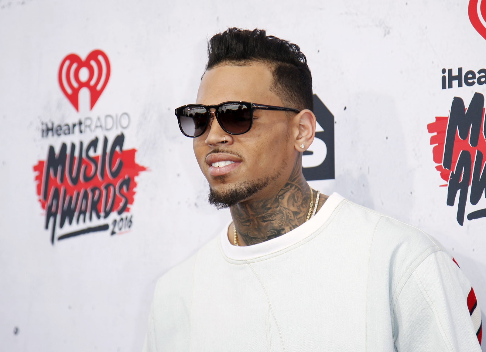 American Music Awards 2016: Chris Brown urges fans to 'come together ... Chrisbrown