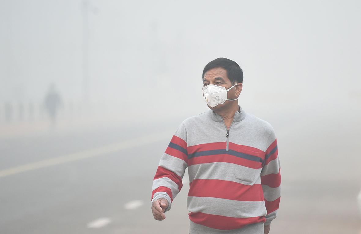 india  heavy smog blankets new delhi skies  making it one