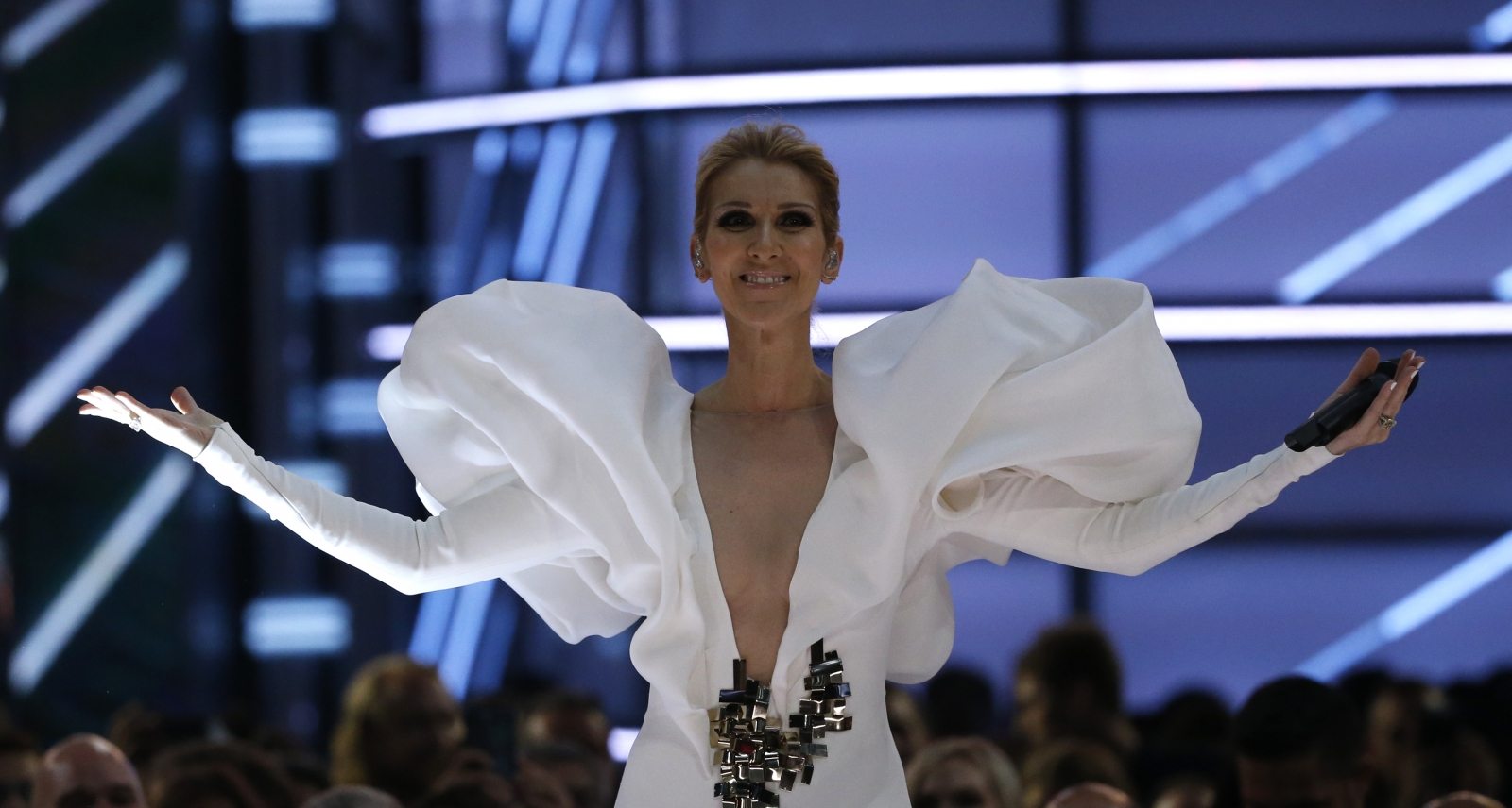 watch celine dion 39 s powerful 20th anniversary performance. Black Bedroom Furniture Sets. Home Design Ideas