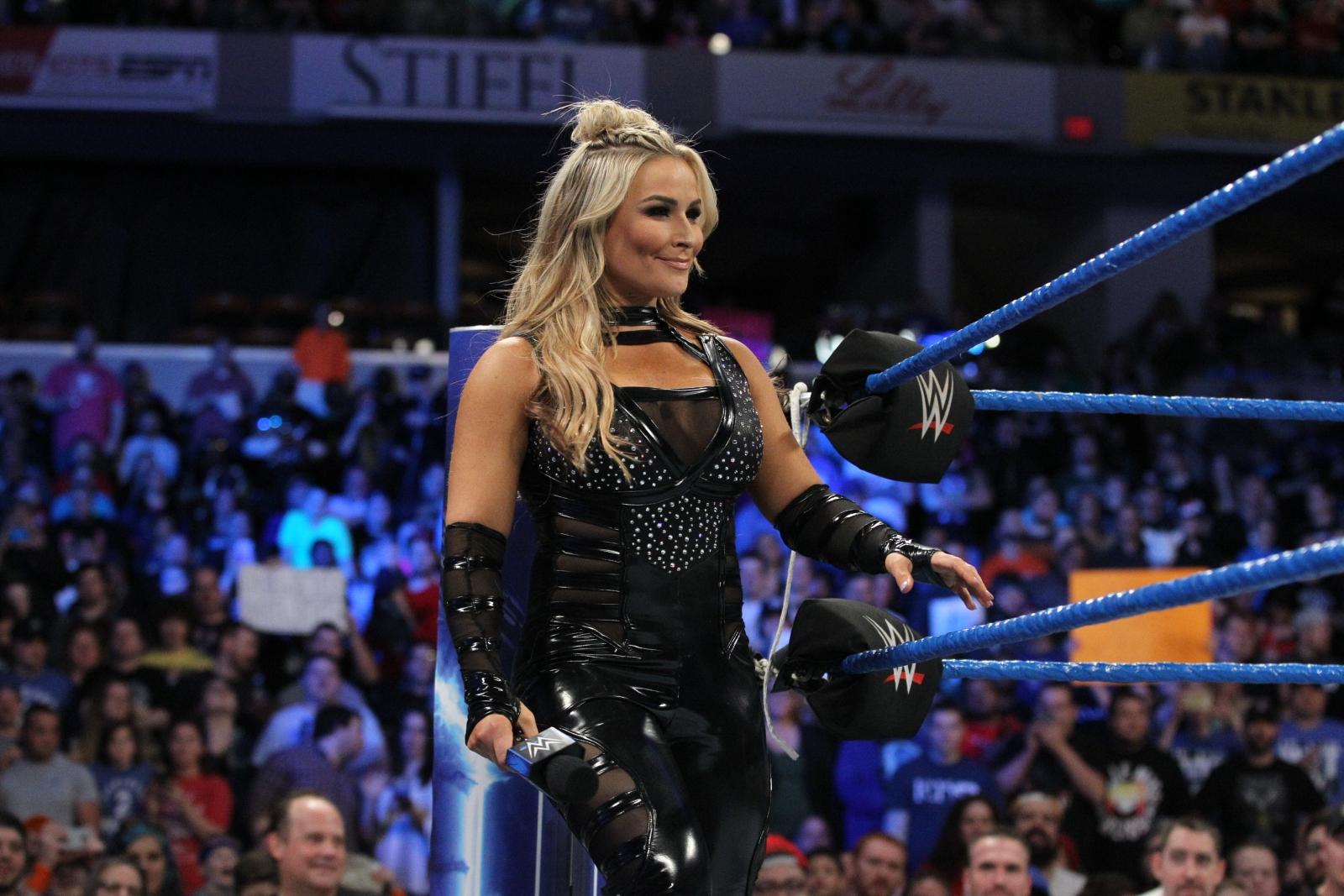 Nikki bella vs carmella no mercy 2016 - 5 1