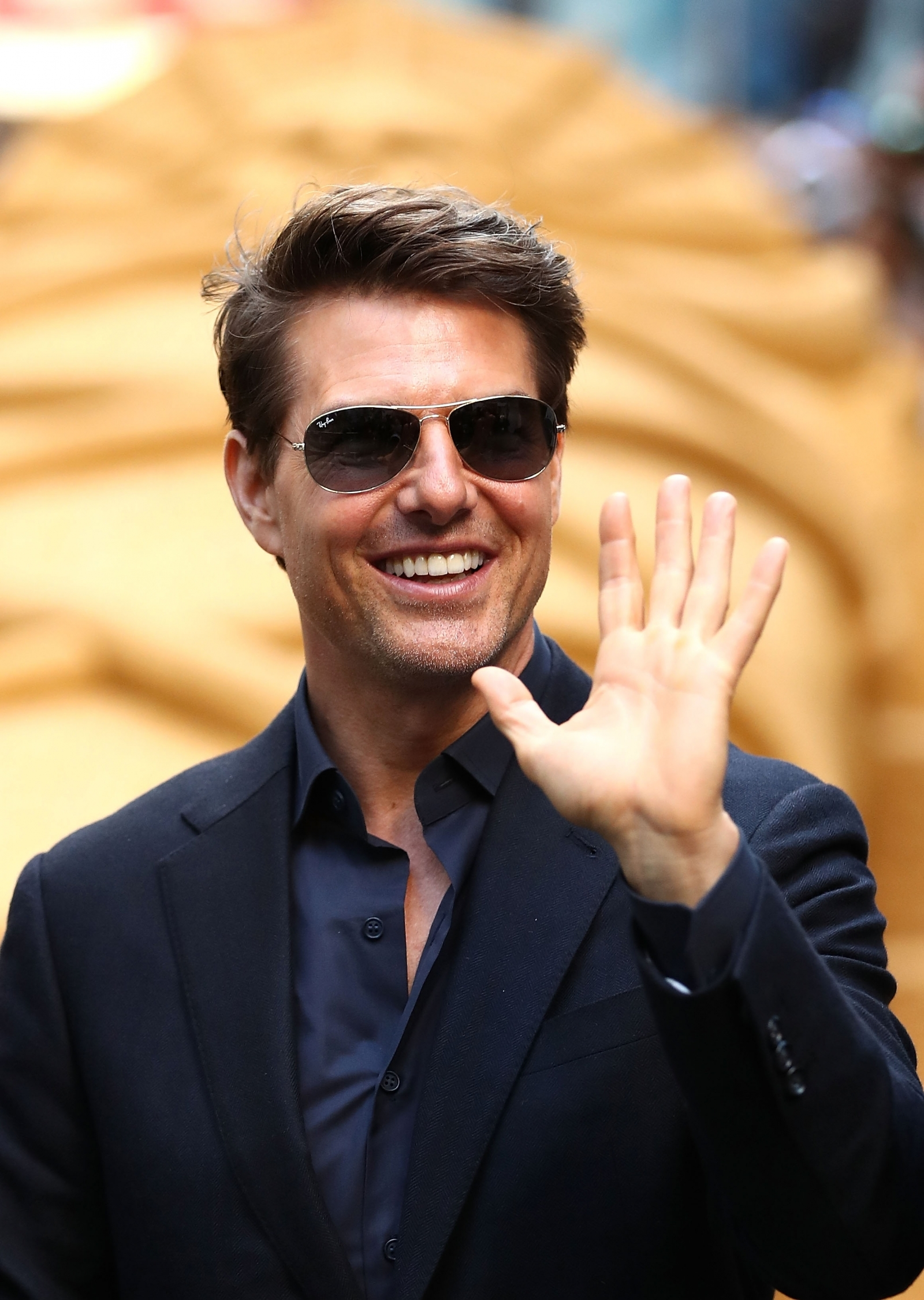 Tom Cruise's 'fake butt' photo goes viral driving Twitter ... Tom Cruise