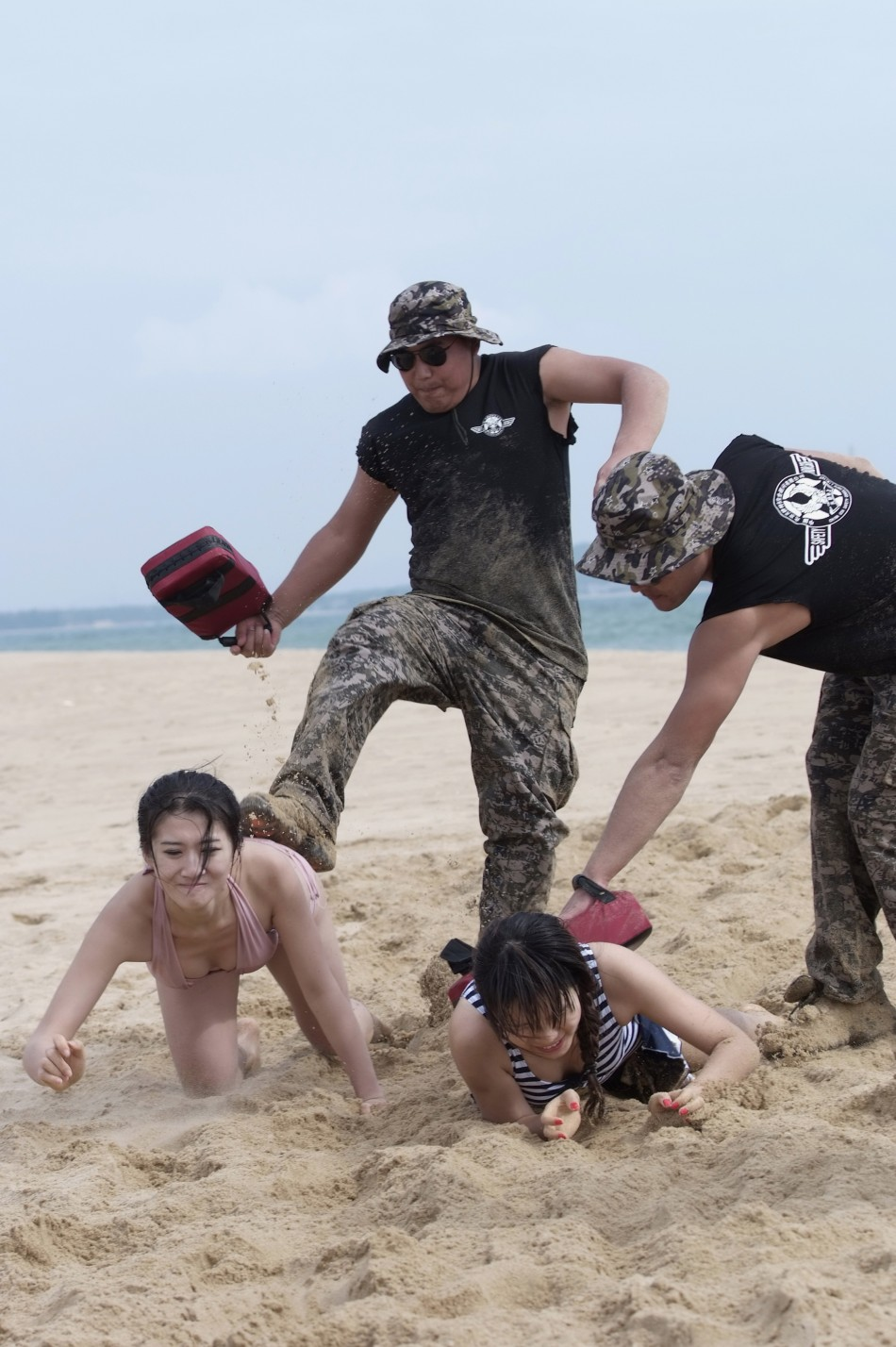Китаянки на пляже 18 фотография