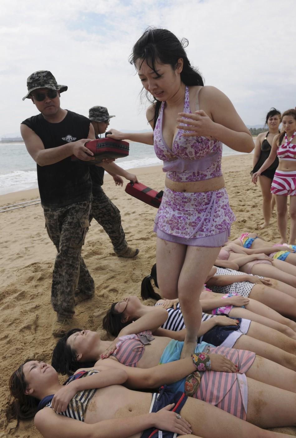 Китаянки на пляже 5 фотография