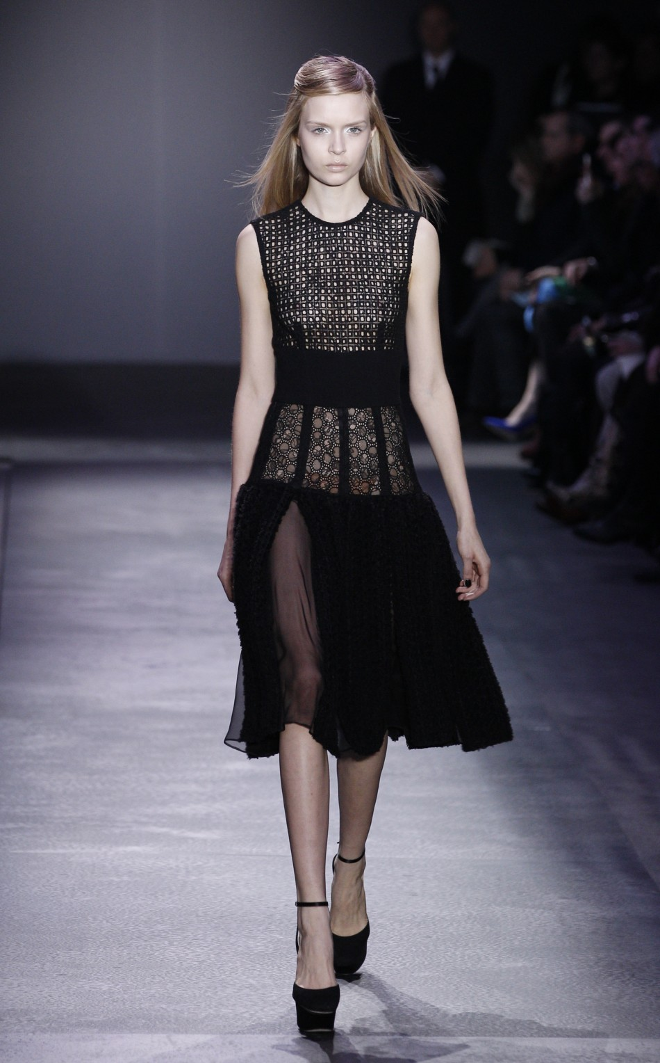 Giambattista Valli 39 S Sophisticated Daywear Collection For Paris Fashion Week Photos