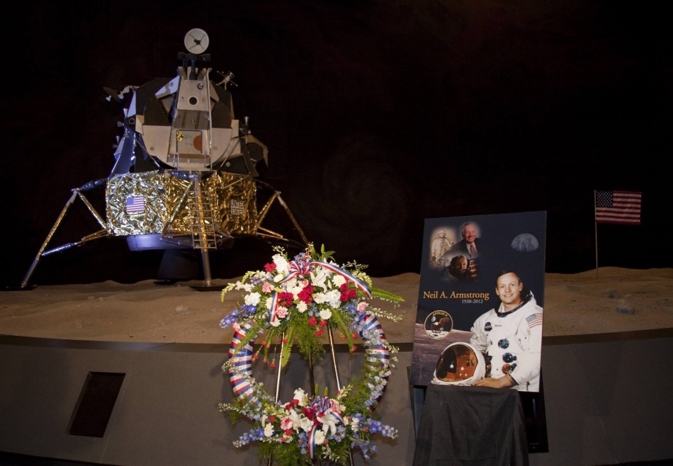 Neil Armstrong Funeral Hundreds Pay Tribute To Reluctant