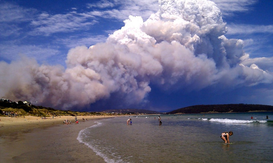 Dunalley Australia  City new picture : Smoke from a bushfire billows over hills near Forcett, east of Hobart ...