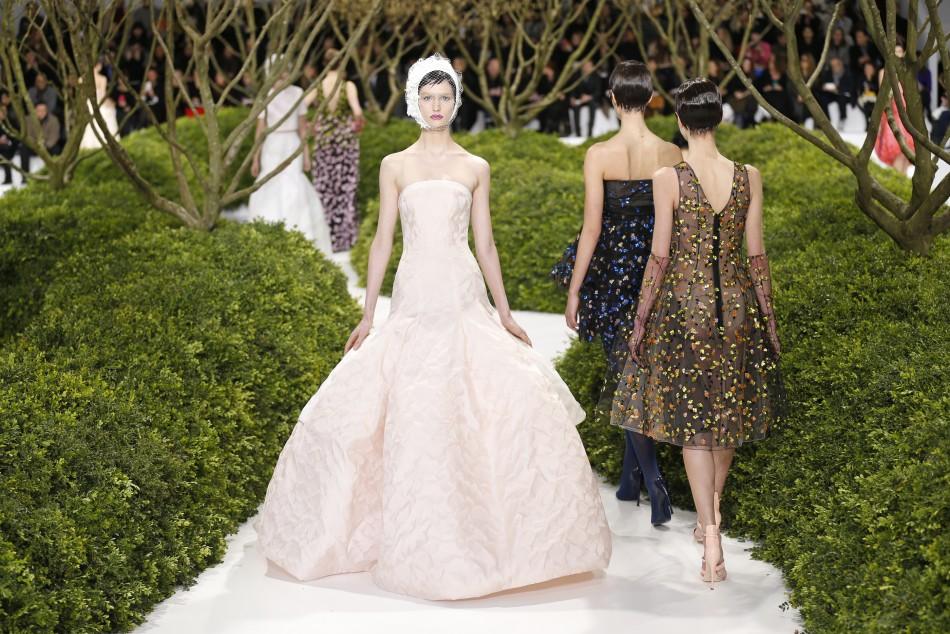 Paris haute couture fashion week dior wows on day one for Haute couture fashion house