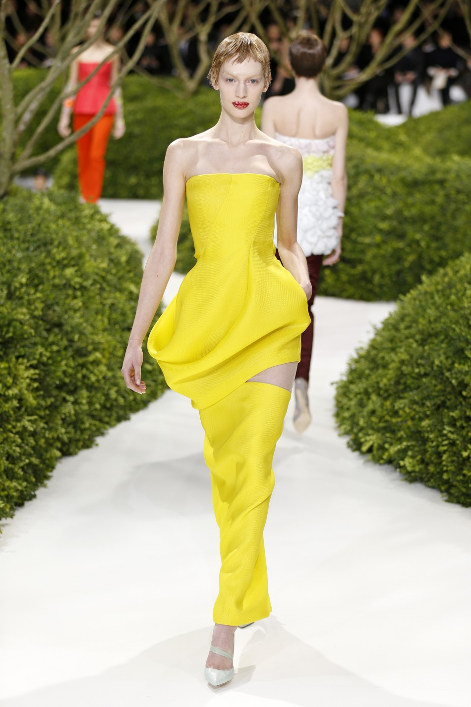 Paris haute couture fashion week dior wows on day one for Paris haute couture designers
