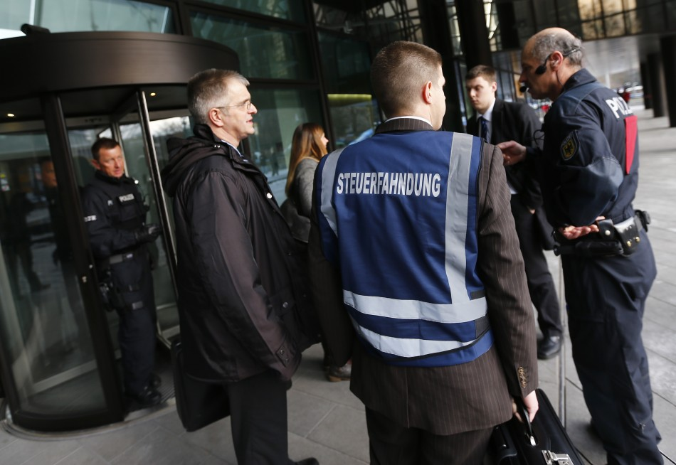 Police, tax investigators and state prosecutors stand outside headquarters of Germany's largest business bank, Deutsche Bank AG in Frankfurt December 12, 2012. (Photo: Reuters)