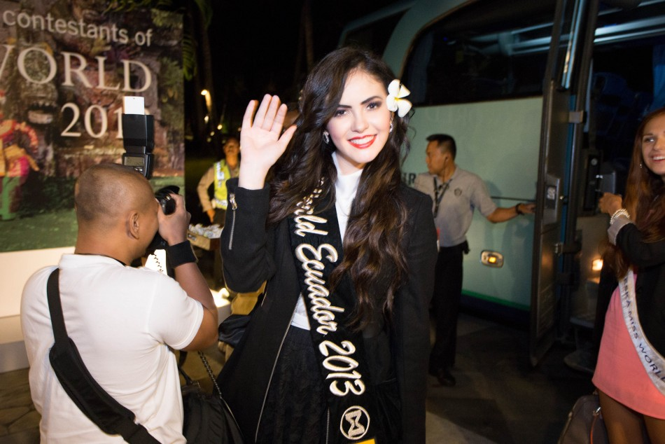 Miss Eucador 2013, Laritza Parraga, greets upon arriving in Bali. (Photo: Miss World Indonesia 2013)