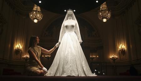 Wedding dress to draw record crowds to London palace
