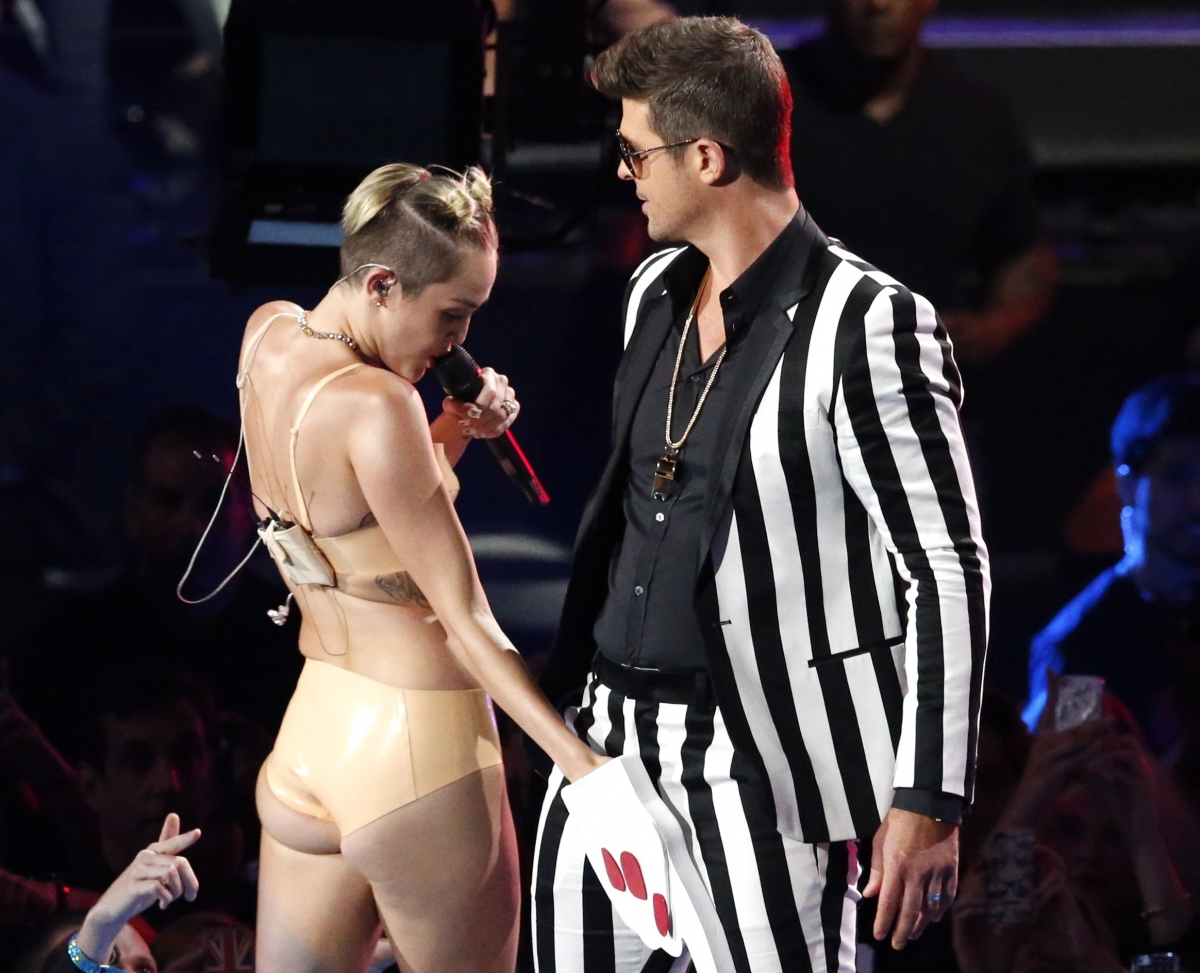 Miley Cyrus grabs Robin Thicke's crotch at the MTV VMAs