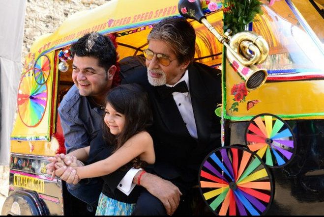 Bachchan poses with Dabboo Ratnani and his daughter inside an auto rickshaw.