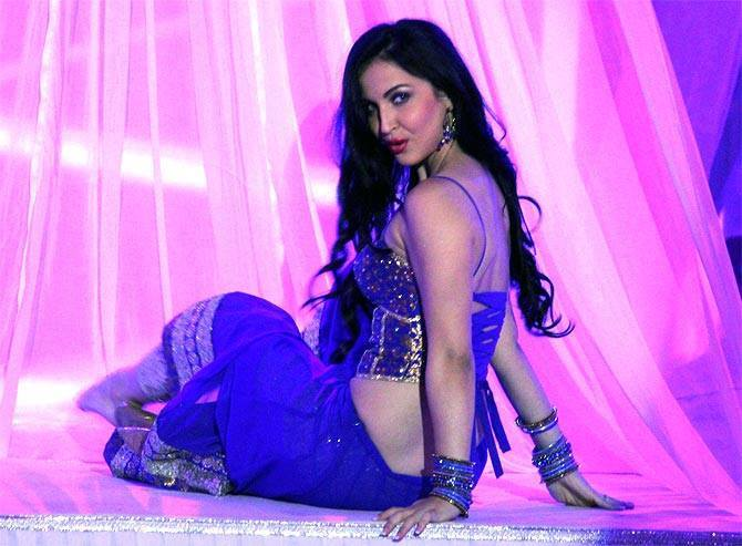 Elli Avram performs in Bigg Boss 7 Grand Finale