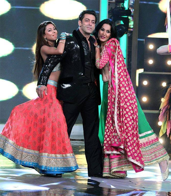 Bigg Boss 7 ex contestants Kamya and Pratyusha perform with Salman Khan