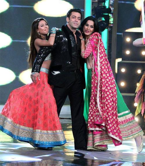 Bigg Boss 7 ex contestants Kamya and Pratyusha perform with Salman Khan