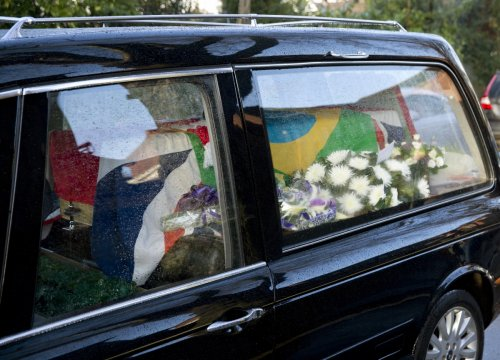 Coffin of Ronnie Biggs arrives draped in Brazilian and British flags at  Golders Green cemetery