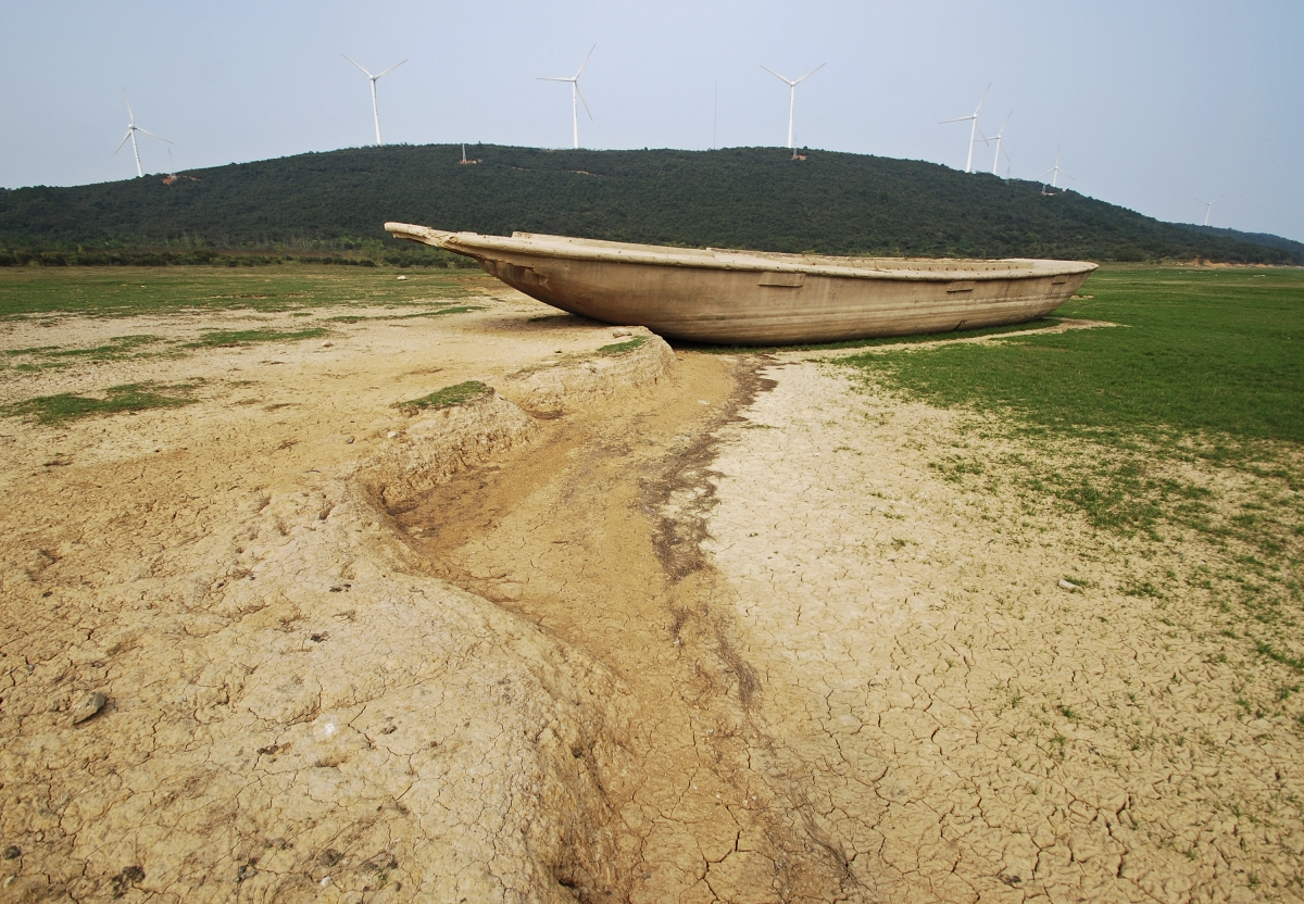 A boat is stranded on the dried-up bed of Poyang Lake.